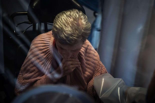 """La stanza degli abbracci nella Rsa """"Giovanni Paolo II"""" di Bollate, in provincia di Milano: un luogo per consentire agli ospiti di recuperare il contatto con i parenti, dopo il lockdown."""