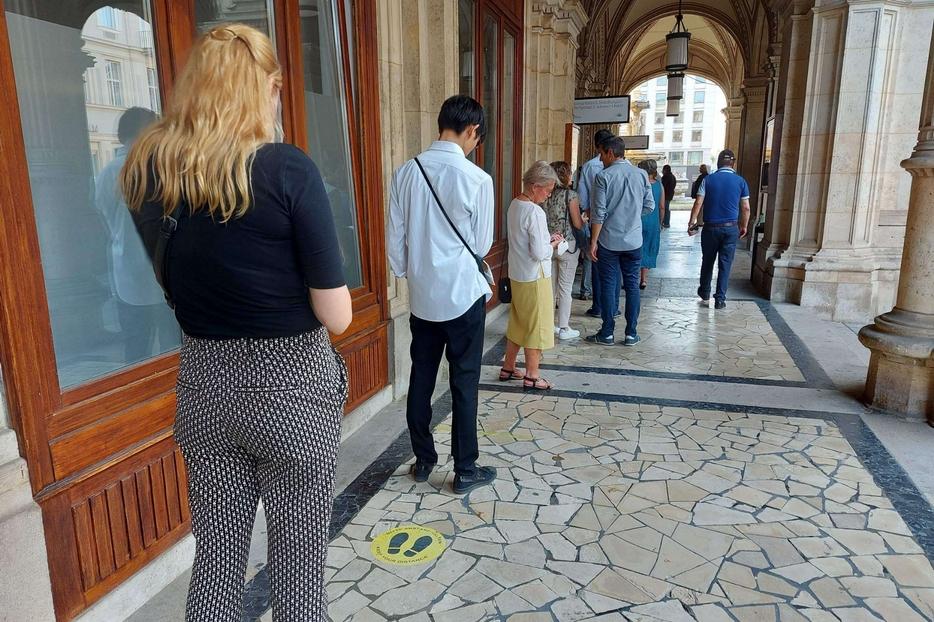 La coda al Teatro dell'Opera di Vienna dove si accede solo con l'attestato di vaccinazione o il tampone