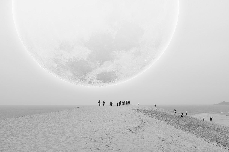 """""""Tottori"""": parte da un racconto immaginario scritto in italiano durante un viaggio in Giappone. È la storia di uno strano fenomeno astronomico, un evento celeste, la luna su Tottori che improvvisamente, una notte, appare molto più grande del solito.Un mondo fatto di fantasia e mistero, un sogno incompiuto, illuminato dalla luce di una luna gigante, da sempre compagno di sognatori e anime perse. È il progetto vincitore della open call internazionale di Fotografia Europea 2021"""