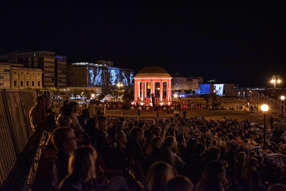 Il pubblico alla Terrazza Mascagni di Livorno durante un concerto del Festival Mascagni