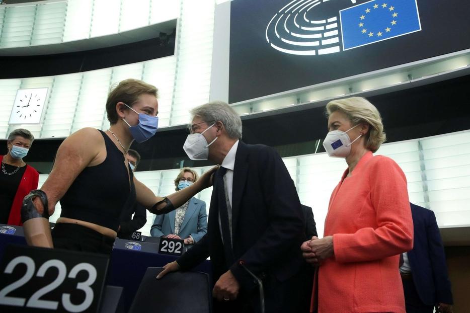 Bebe Vio nell'aula di Strasburgo, salutata dal commissario Gentiloni e dalla presidente Von der Leyen