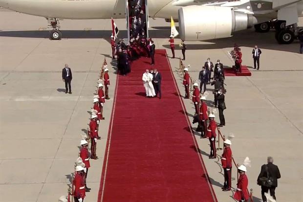 Francesco è giunto in una terra ferita da violenze e conflitti dove si auspica che il futuro, come espresso anche dal Papa, possa essere ricco di vie di speranza e di fraternità. L'aereo con a bordo il Papa è atterrato alle 11.58 sulla pista dell'aeroporto internazionale di Baghdad