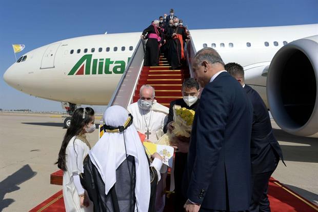 Due bambini in abito tradizionale hanno consegnato un omaggio floreale al Papa, una volta atterratto all'aeroporto di Baghdad