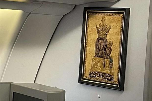 A bordo anche una presenza molto speciale voluta dal Papa: è l'immagine della Vergine di Loreto, a cento anni dalla sua proclamazione di patrona degli aeronauti, e mentre è in corso il Giubileo lauretano che Francesco ha prorogato fino al 10 dicembre 2021.