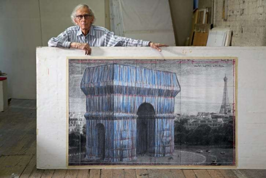 Christo mostra una delle sue tavole di progetto per l'intervento sull'Arco di Trionfo di Parigi