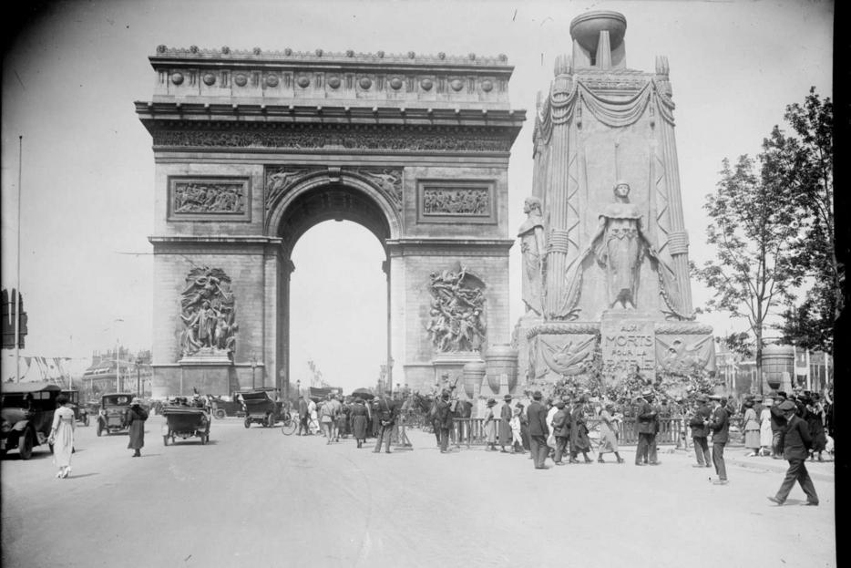 L'Arco di Trionfo e il catafalco del Milite Ignoto nel 1920