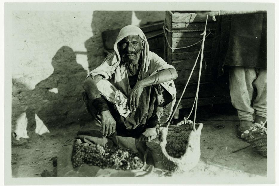 Un venditore d'uva a Costantinopoli, ante 1914 (Atelier Apollon)