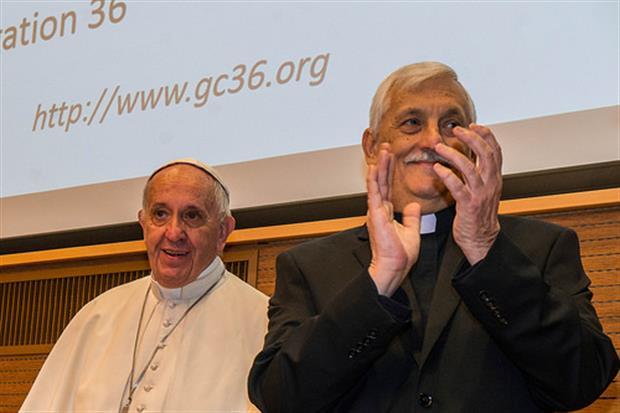 La visita di papa Francesco alla curia dei gesuiti il 24 ottobre 2016 con accanto il preposito Arturo Sosa