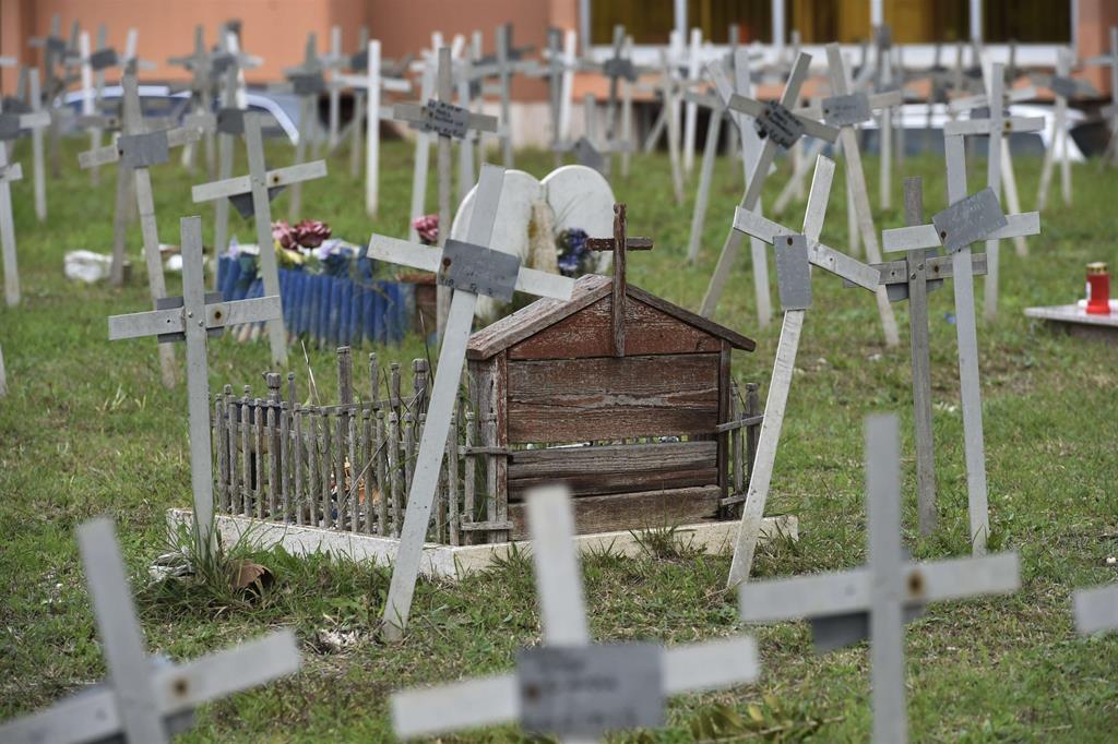 Papa francesco al cimitero prima porta - Cimitero flaminio prima porta ...