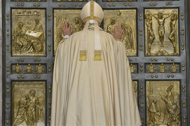 Papa Francesco apre la Porta Santa della Basilica di San Pietro