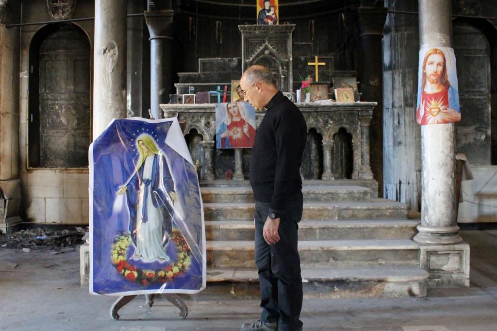 Don Georges dentro la cattedrale bruciata (Foto di Paolo Pergolizzi)