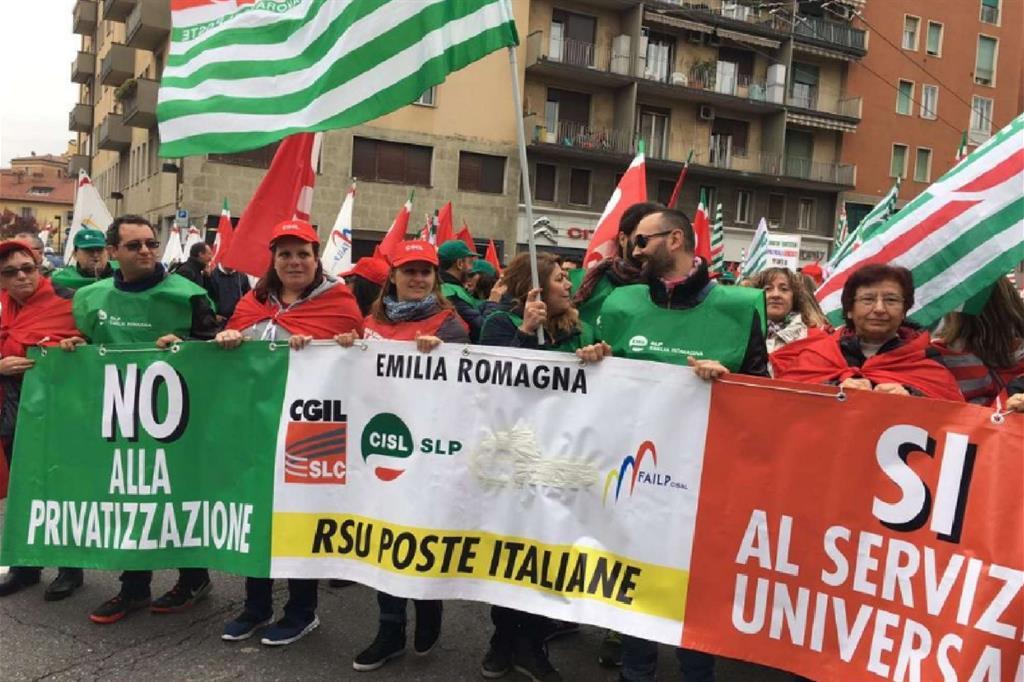 Il corteo dei dipendenti di Poste dell'Emilia Romagna (da Twitter) -