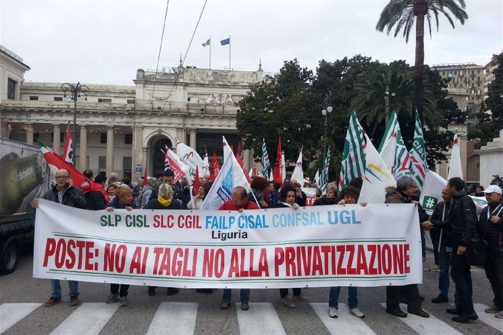 La manifestazione dei dipendenti di Poste in Liguria (da Twitter) -