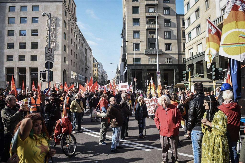 Il corteo di protesta a Milano (Fotogramma) -
