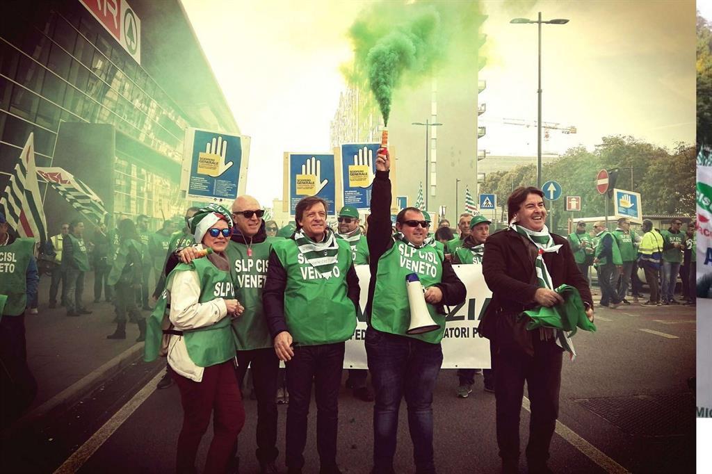 Fumogeni per la protesta in Veneto (da Twitter) -