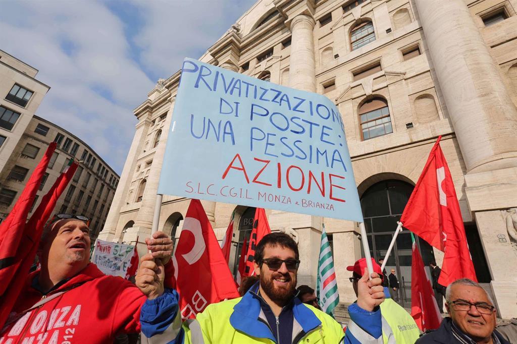 Manifesto alla manifestazione dei postali a Milano (Fotogramma) -