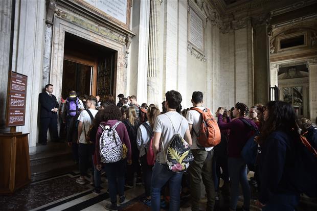 I giovani mentre attraversano la Porta Santa a San Pietro