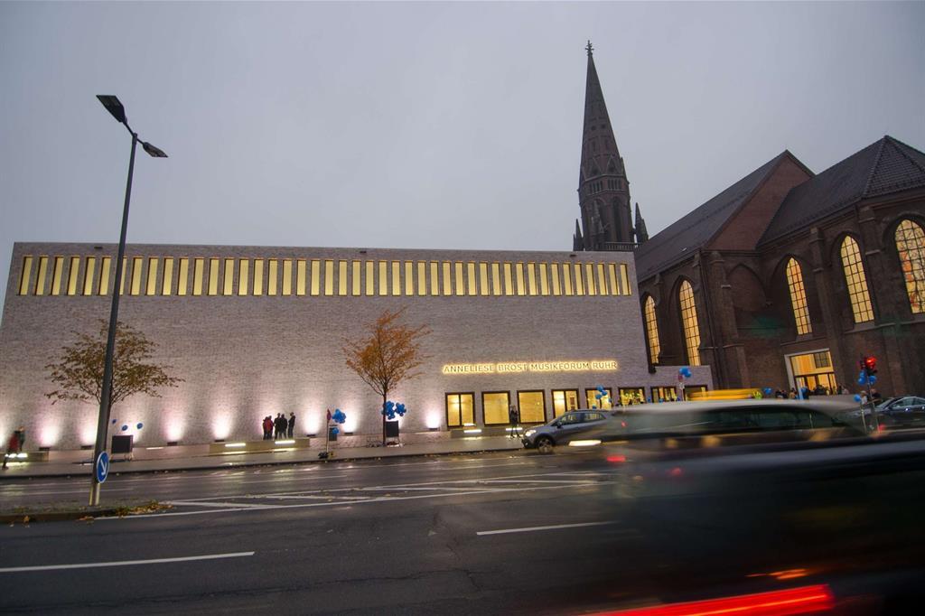 Il nuovo auditorium Anneliese Brost Musikforum di Bochum con il recupero della chiesa cattolica neogotica di Santa Maria (foto Stadt Bochum, Referat für Kommunikation) -