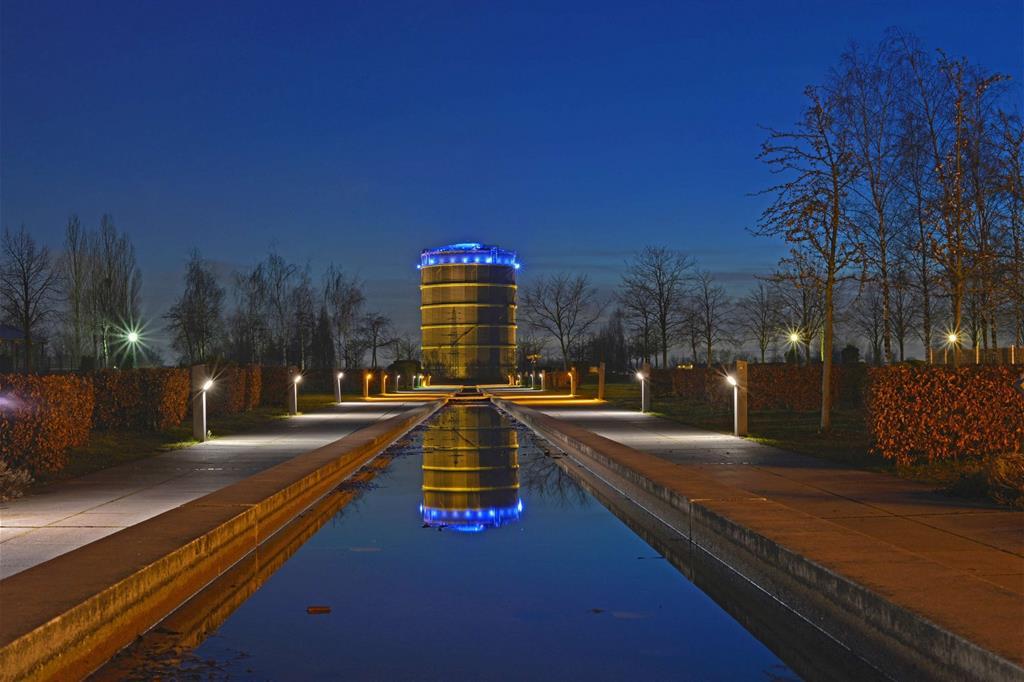 Il Gasometro di Oberhausen costruito nel 1929 con i suoi 117,5 metri è il più alto d'Europa, ora immenso spazio espositivo (foto Ruhr Tourismus / Jochen Schlutius ) -