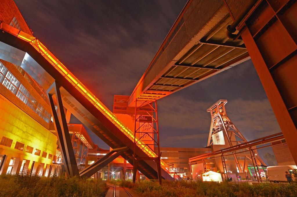La miniera di carbone Zollverein a Essen, un tempo la più grande del pianeta, è oggi Patrimonio dell'Umanità Unesco e ospita il più grande museo di design contemporaneo del mondo (foto Ruhr Tourismus / Jochen Schlutius) -