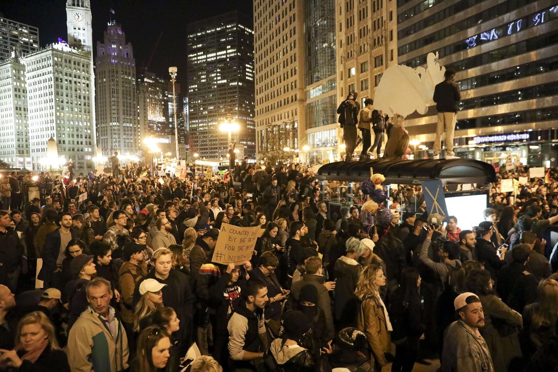 Terza notte di proteste, un morto
