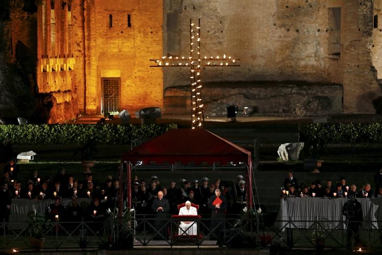 Al Colosseo la Via Crucis con il Papa Meditazioni su profughi, bimbi e crisi