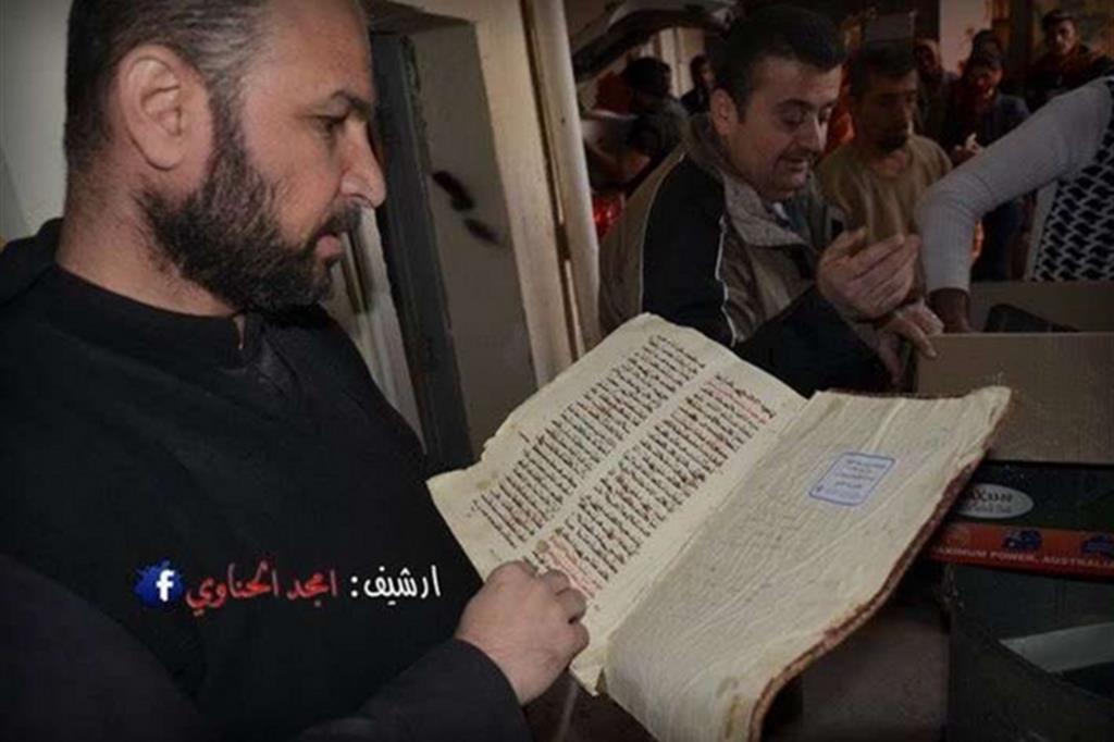 Le foto del recupero degli antichi manoscritti nascosti nei sotterranei del monastero cristiano sono prese dall'account Twitter @Davidvergili -
