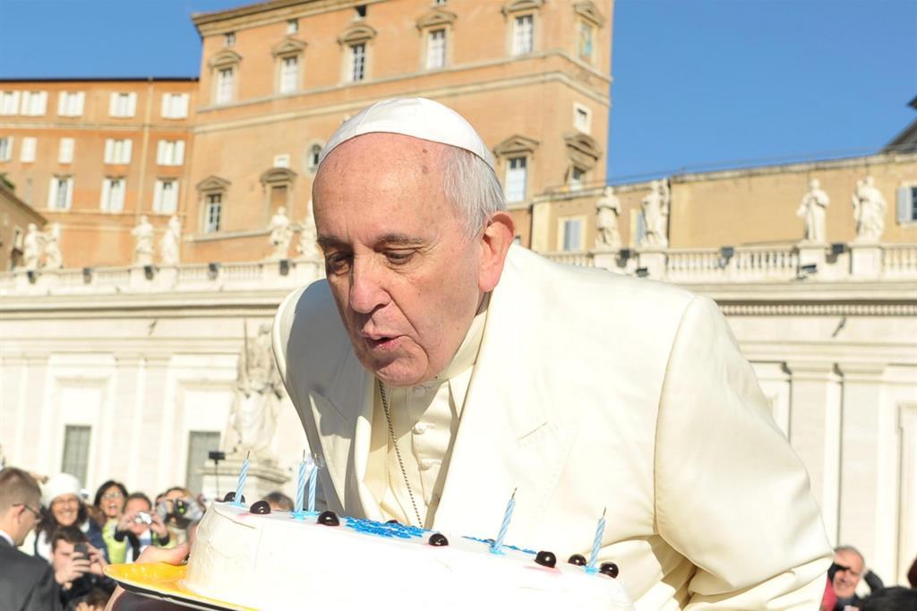Come fare gli auguri di buon compleanno a papa Francesco