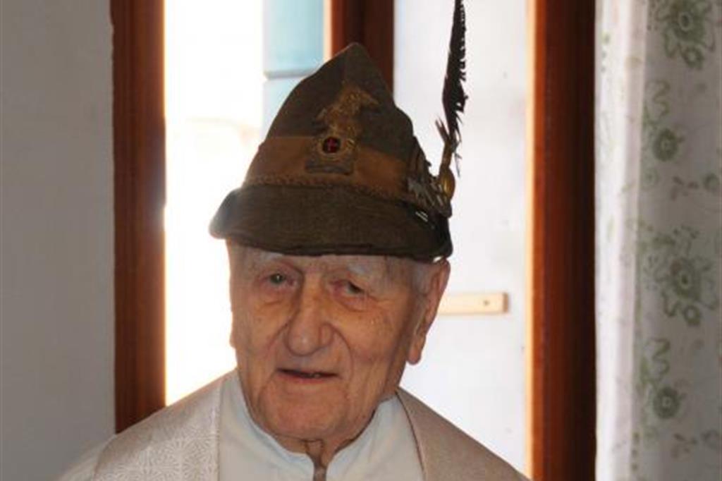 Don Barecchia con il tradizionale cappello da alpino 9277e00947ed