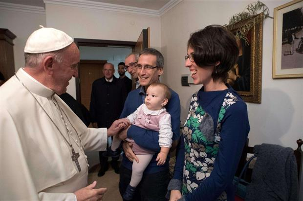 Papa Francesco ha incontrato le famiglie di alcuni giovani che negli anni scorsi hanno lasciato il sacerdozio (Foto Osservatore Romano)