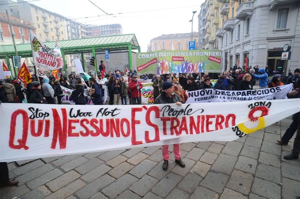 I migranti fanno notizia. Manifestazione a Milano in difesa dei rifugiati (Fotogramma)