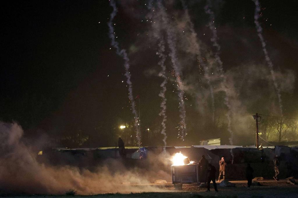Nella notte scontri con le forze dell'ordine e incendi. -