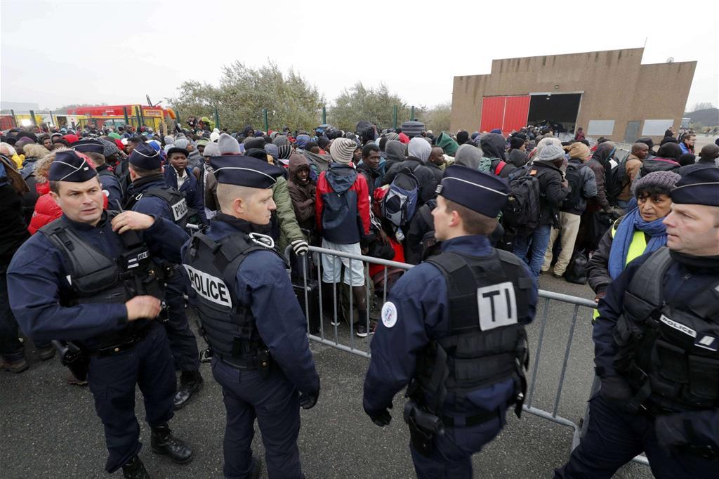 La polizia controlla lo sgombero: schierati 2mila poliziotti. -