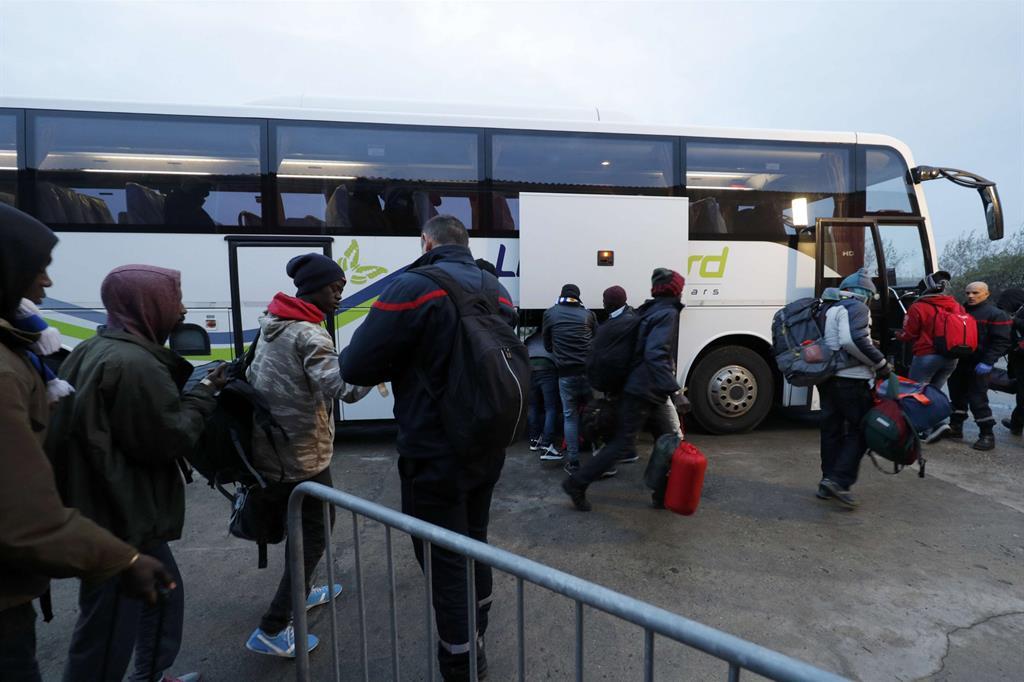 Uno dei bus che trasporta i migranti nei centri di accoglienza. -
