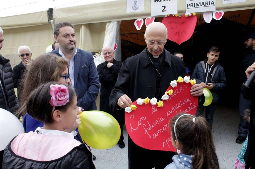 Il cardinale Bagnasco ha incontrato i bambini della scuola di Acquasanta -