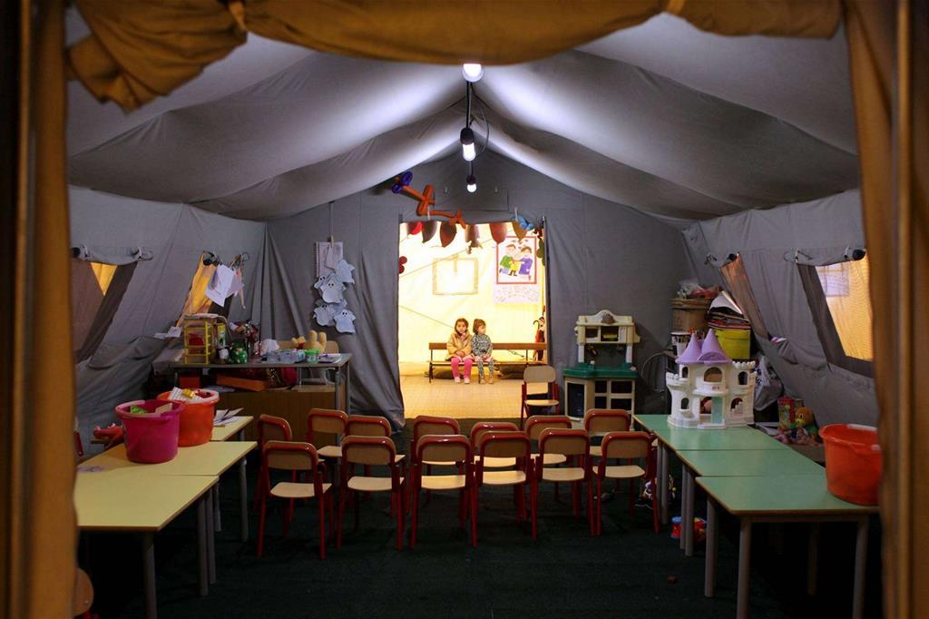 Nelle zone colpite dal terremoto il cardinale Bagnasco ha visitato la tenda dove i ragazzi fanno lezione -