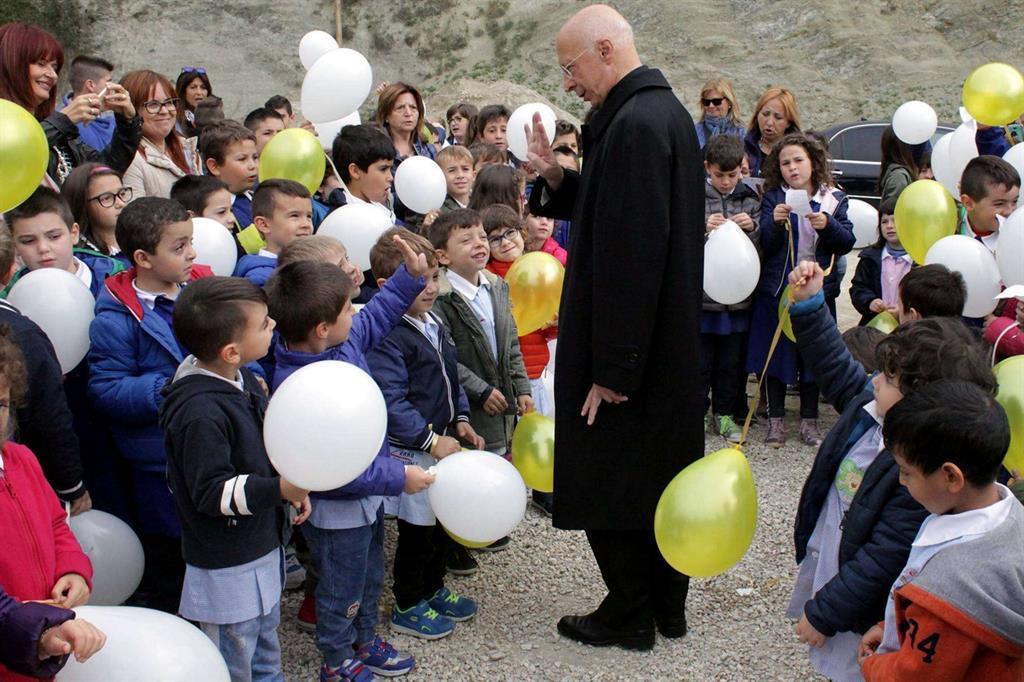 Bagnasco ha salutato i bambini che vanno a scuola nella tendopoli -