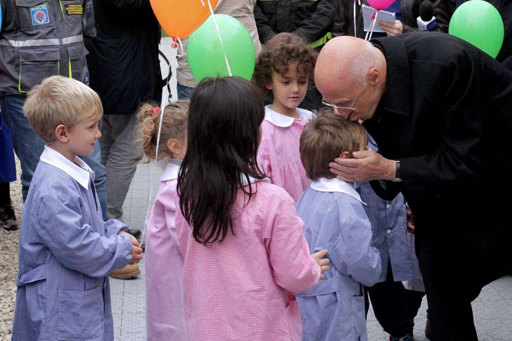 L'abbraccio del cardinale Bagnasco ai piccoli nella frazione di Arli -