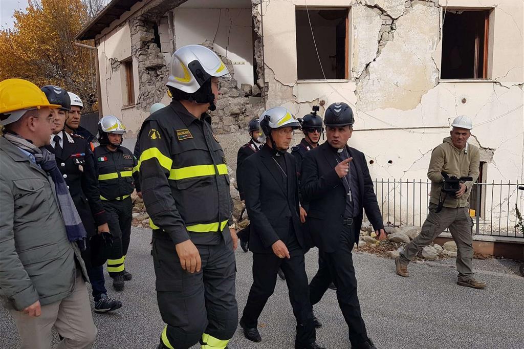 Il presidente della Cei tra gli edifici sventrati ad Accumoli accompagnato dal vescovo Pompili -