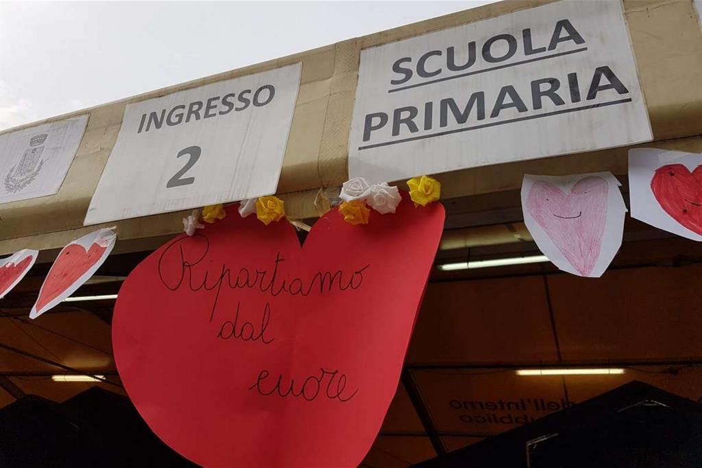 I cartelloni appesi alla scuola di Acquasanta -