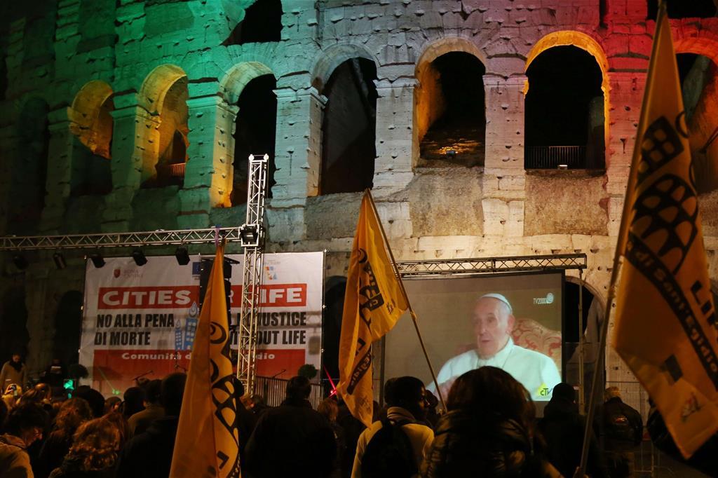 Il Colosseo illuminato contro la pena di morte (Foto Siciliani)