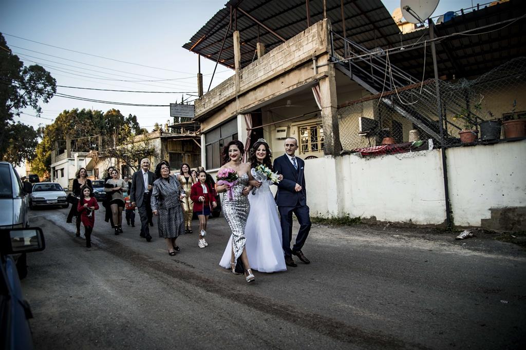 """Negli ultimi tre anni sono arrivate le prime famiglie siriane: """"Per loro ci sono gli aiuti internazionali, mentre per i palestinesi non c'è nessun aiuto"""", spiegano le piccole sorelle di Nazareth che da sempre vivono nel campo. Per mandare i figli a scuola, fino a Beirut, si devono sborsare circa 30 dollari al mese: quasi nessuno dei palestinesi se lo può permettere. (In the past three years, the first Syrian families arrived: """"For them there are international aid, while for Palestinians there is no help"""", explain the young sisters from Nazareth who have always lived in the camp. To send their children to school, to Beirut, they have to pay out about 30 dollars a month: hardly no one of the Palestinian can afford it). -"""
