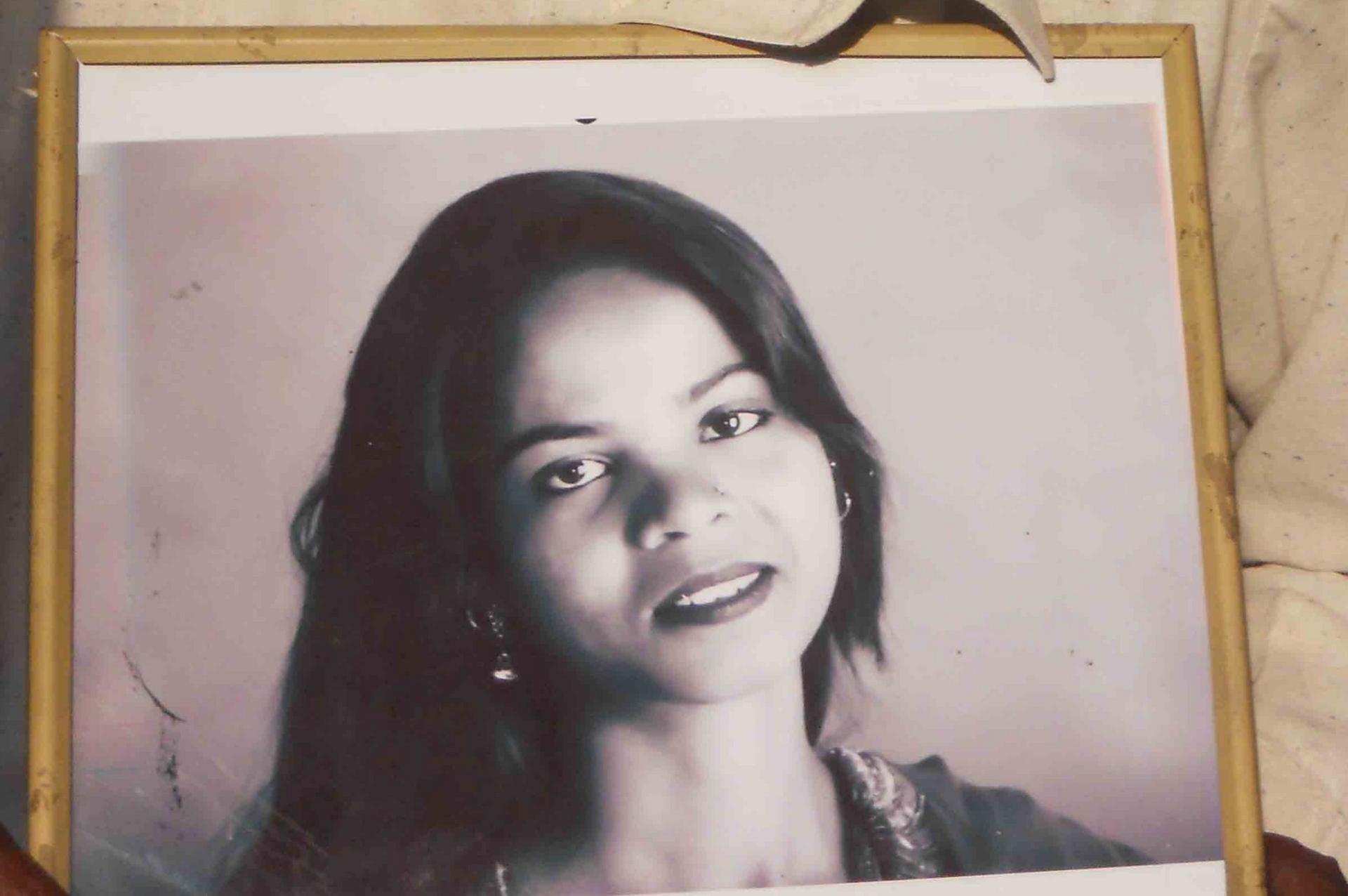 Asia Bibi in una vecchia foto incorniciata dalla famiglia