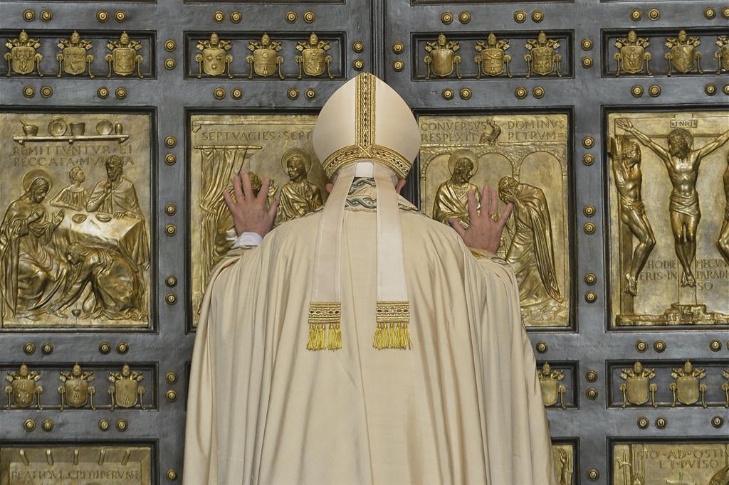 Davanti alla Basilica di San Pietro Papa Francesco nell'atto di aprire la Porta Santa nel giorno dell'Immacolata Concezione. -