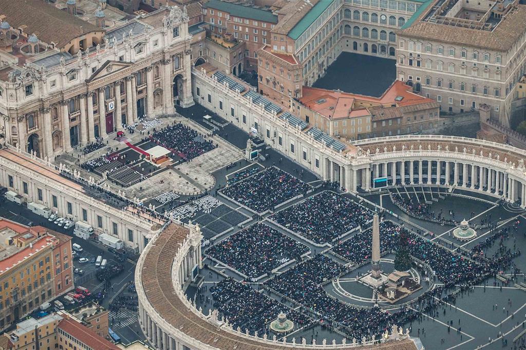 Un gruppo di sacerdoti mentre si scatta una foto-ricordo in occasione dell'apertura del Giubileo della misericordia a Roma -