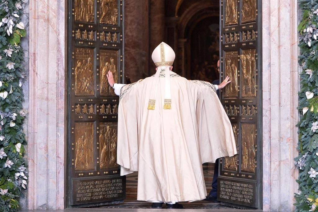 San Pietro gremita dai fedeli accorsi a Roma per partecipare a una delle mensili udienze giubilari del sabato: un'altra delle novità introdotte da Papa Francesco per l'Anno santo straordinario della Misericordia. -