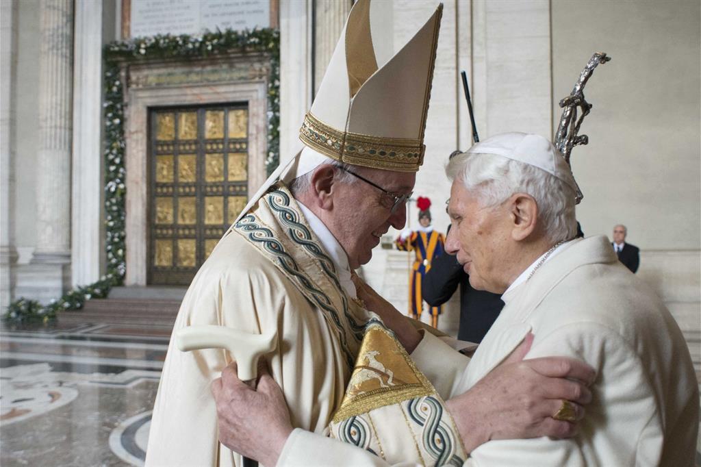 Alle 11.10 dell'8 dicembre 2015 Papa Francesco varca la soglia della Porta Santa della Basilica di San Pietro. Dopo di lui il Papa emerito Benedetto XVI. -