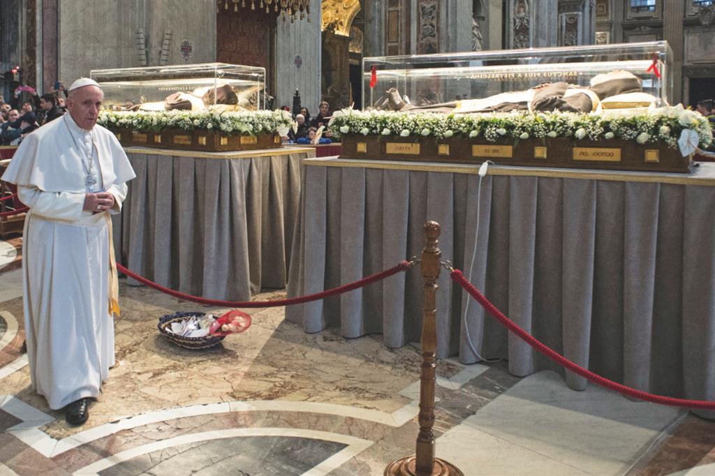Le spoglie di Padre Pio e padre Leopoldo Mandic esposte a Roma: i due santi confessori sono stati indicati da Papa Francesco tra i testimoni del perdono, della carezza del Padre, dell'amore gratuito, del dono per gli altri. -