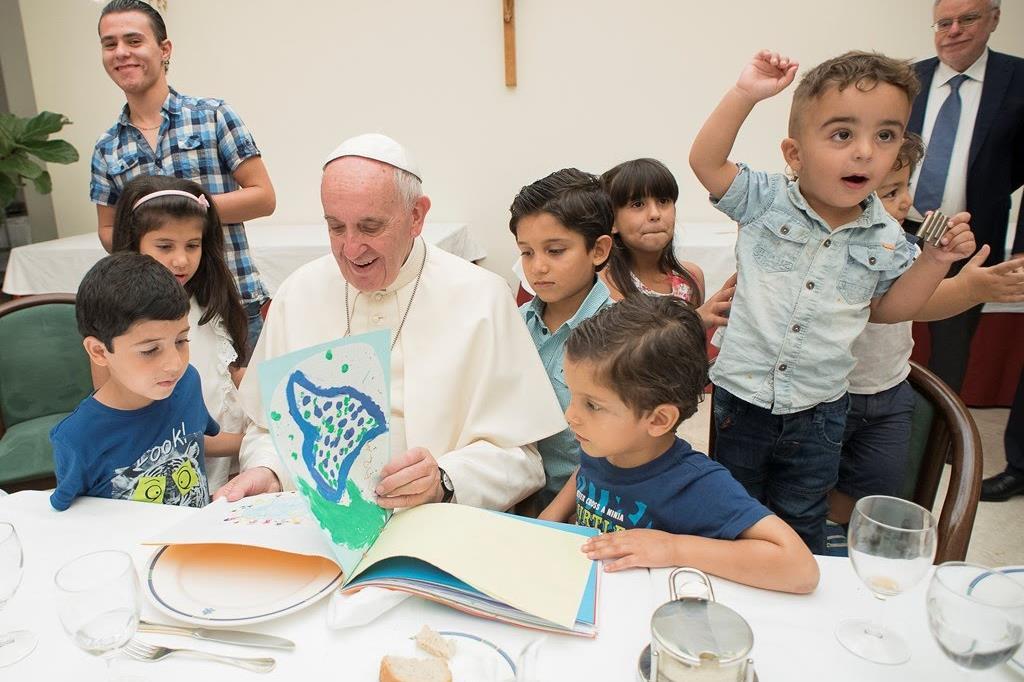 Papa Francesco a pranzo con un gruppo di bambini delle famiglie di profughi siriani ospiti dalla Comunità di Sant'Egidio e giunte in Italia dopo la visita del Papa sull'Isola di Lesbo in Grecia. -