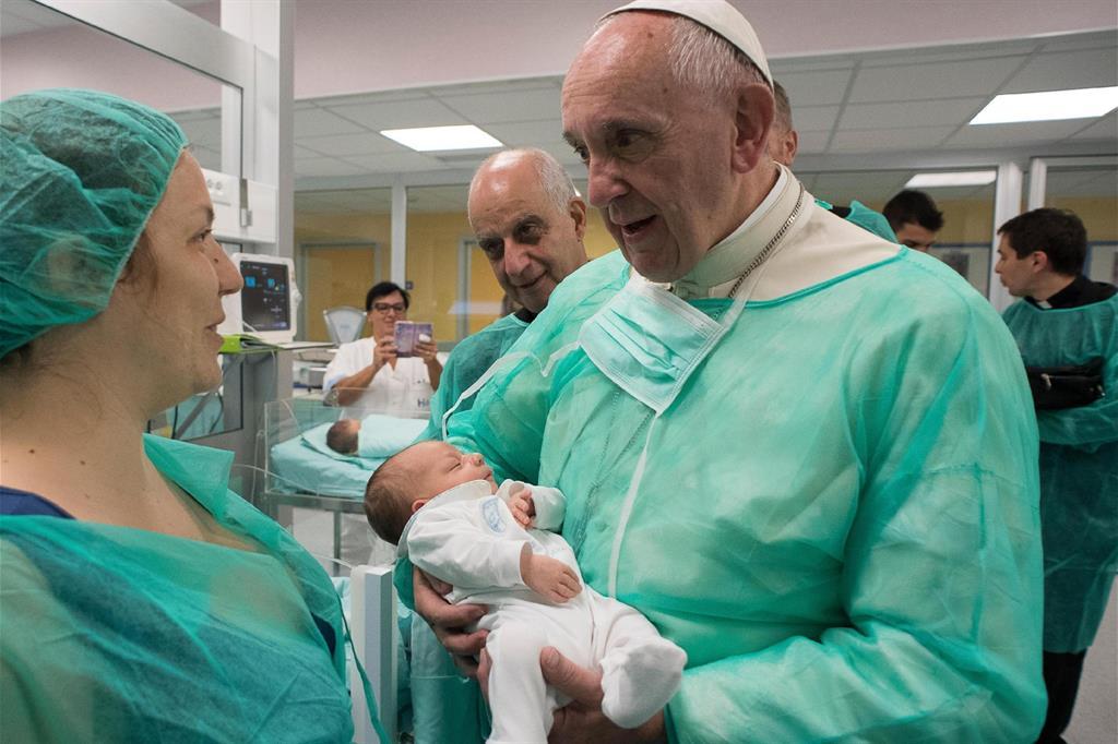 A settembre, nell'ambito dei «Venerdì di misericordia», Papa Francesco ha visitato un reparto di neonatologia e un hospice per malati terminali a Roma. -